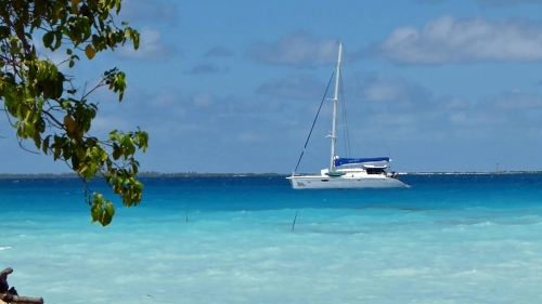 Die Aqua Tiki II im Fakarava-Atoll vor  Rotoava